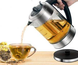 Versata di tè da un bollitore elettrico ad una tazza